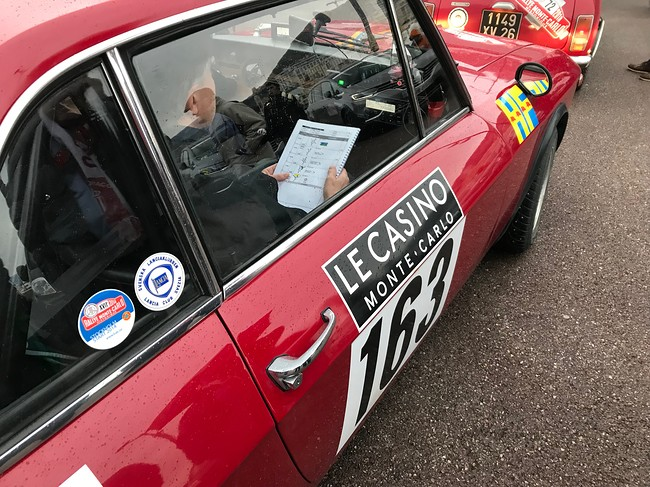 Copilot 163 llegint road book Rally Monte Carlo Historique 2018